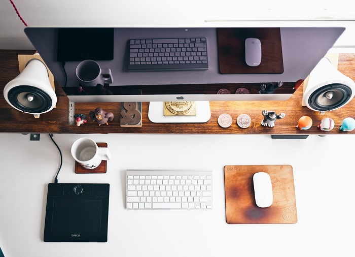 Bílý kancelářský stůl